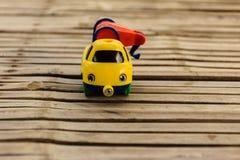 Παιχνίδι αυτοκινήτων στον ξύλινο πίνακα μπαμπού Στοκ φωτογραφία με δικαίωμα ελεύθερης χρήσης