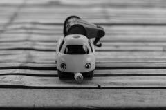 Παιχνίδι αυτοκινήτων στον ξύλινο πίνακα μπαμπού Στοκ εικόνα με δικαίωμα ελεύθερης χρήσης