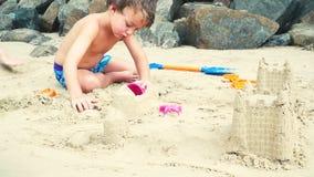 Παιχνίδι αδελφών και αδελφών με την άμμο σε μια παραλία στην Ταϊλάνδη φιλμ μικρού μήκους