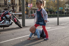 Παιχνίδι αδελφών και αδελφών στην οδό Στοκ φωτογραφίες με δικαίωμα ελεύθερης χρήσης
