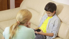 Παιχνίδι γιων ηλικίας εφήβων με το τηλέφωνο, μητέρα που προσπαθεί να μιλήσει απόθεμα βίντεο