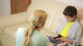 Παιχνίδι γιων ηλικίας εφήβων με το τηλέφωνο, μητέρα που προσπαθεί να μιλήσει φιλμ μικρού μήκους