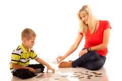 Παιχνίδι γρίφων παιχνιδιού μητέρων με το γιο της Στοκ Εικόνες