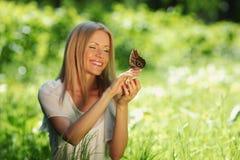 Παιχνίδι γυναικών με μια πεταλούδα Στοκ εικόνες με δικαίωμα ελεύθερης χρήσης