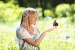 Παιχνίδι γυναικών με την πεταλούδα Στοκ φωτογραφία με δικαίωμα ελεύθερης χρήσης