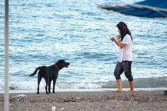 Παιχνίδι γυναικών με το σκυλί της στην παραλία Διακοπές Bodrum, Τουρκία Στοκ εικόνες με δικαίωμα ελεύθερης χρήσης