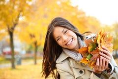 Παιχνίδι γυναικών πτώσης με τα φύλλα Στοκ εικόνες με δικαίωμα ελεύθερης χρήσης