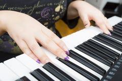 Παιχνίδι γυναικών σε ένα πιάνο Στοκ εικόνα με δικαίωμα ελεύθερης χρήσης