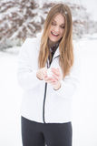 Παιχνίδι γυναικών στο χιόνι που κάνει τις σφαίρες χιονιού Στοκ Εικόνα