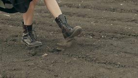 Παιχνίδι γυναικών συγκομιδών με το έδαφος απόθεμα βίντεο