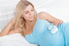 Παιχνίδι εγκύων γυναικών με τις λείες μωρών στην κοιλιά Στοκ εικόνες με δικαίωμα ελεύθερης χρήσης