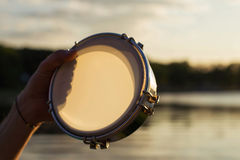 Παιχνίδι ενός μουσικού ντεφιού οργάνων στον ουρανό υποβάθρου στο ηλιοβασίλεμα Στοκ φωτογραφία με δικαίωμα ελεύθερης χρήσης