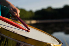 Παιχνίδι ενός μουσικού οργάνου repinique Στοκ εικόνες με δικαίωμα ελεύθερης χρήσης