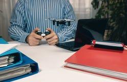 Παιχνίδι επιχειρηματιών με το παιχνίδι κηφήνων στο γραφείο Παιχνίδι γραφείων Στοκ εικόνα με δικαίωμα ελεύθερης χρήσης