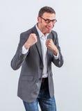 Παιχνίδι επιχειρηματιών χαμόγελου γενειοφόρο όπως έναν μπόξερ γραφείων Στοκ εικόνες με δικαίωμα ελεύθερης χρήσης