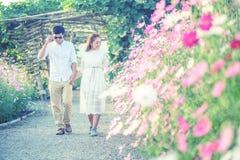 Παιχνίδι ζεύγους στα λουλούδια κήπων συνδεδεμένο διάνυσμα βαλεντίνων απεικόνισης s δύο καρδιών ημέρας Στοκ φωτογραφίες με δικαίωμα ελεύθερης χρήσης