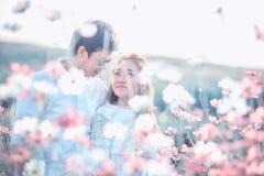 Παιχνίδι ζεύγους στα λουλούδια κήπων συνδεδεμένο διάνυσμα βαλεντίνων απεικόνισης s δύο καρδιών ημέρας Στοκ Εικόνες