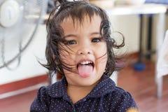 Παιχνίδι και χαμόγελο παιδιών για να κάνει τα πρόσωπα Στοκ φωτογραφία με δικαίωμα ελεύθερης χρήσης