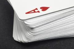 Παιχνίδι καρτών με τον άσσο της λεπτομέρειας καρδιών Μαύρη ανασκόπηση Στοκ εικόνα με δικαίωμα ελεύθερης χρήσης