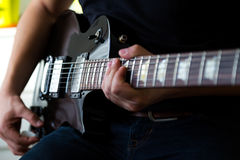 Παιχνίδι κιθαριστών στην ηλεκτρική κιθάρα Στοκ Εικόνα
