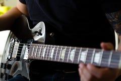 Παιχνίδι κιθαριστών στην ηλεκτρική κιθάρα Στοκ Εικόνες