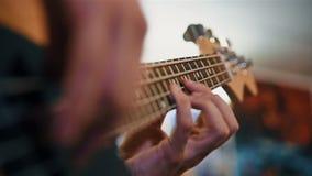 Παιχνίδι κιθαριστών στη βαθιά κιθάρα απόθεμα βίντεο