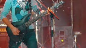 Παιχνίδι κιθαριστών στη σκηνή σε μια συναυλία βράχου απόθεμα βίντεο