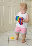 Παιχνίδι κοριτσάκι με τους φραγμούς Στοκ φωτογραφία με δικαίωμα ελεύθερης χρήσης