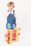 Παιχνίδι κοριτσάκι σκέψης με το παιχνίδι παιχνιδιών για την ανάπτυξη Στοκ φωτογραφία με δικαίωμα ελεύθερης χρήσης