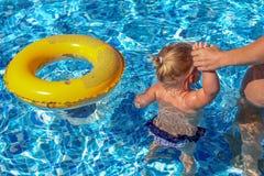 Παιχνίδι κοριτσάκι στη λίμνη Στοκ φωτογραφία με δικαίωμα ελεύθερης χρήσης