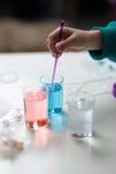 Παιχνίδι κοριτσιών για να αναμίξει τα χρώματα Στοκ Φωτογραφία
