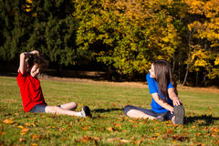 Παιχνίδι κοριτσιών και αγοριών στο πάρκο Στοκ εικόνα με δικαίωμα ελεύθερης χρήσης