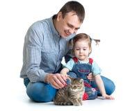 Παιχνίδι κοριτσιών και μπαμπάδων παιδιών με το γατάκι γατών Στοκ εικόνες με δικαίωμα ελεύθερης χρήσης