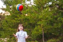 παιχνίδι κοριτσιών με μια σφαίρα Στοκ Εικόνες