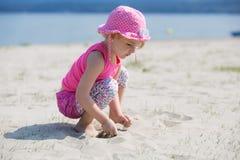Παιχνίδι κοριτσιών με την άμμο Στοκ εικόνα με δικαίωμα ελεύθερης χρήσης