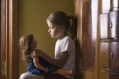 Παιχνίδι κοριτσιών με την κούκλα στο σπίτι Στοκ Εικόνες