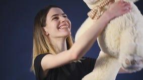 Παιχνίδι κοριτσιών με τη teddy αρκούδα - που απομονώνεται μαύρο σε σε αργή κίνηση φιλμ μικρού μήκους