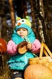 Παιχνίδι κοριτσιών με τις κολοκύθες στη φύση φθινοπώρου Στοκ Εικόνα