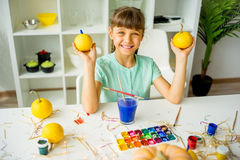 Παιχνίδι κοριτσιών με τις κολοκύθες Στοκ Εικόνες