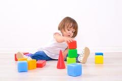 Παιχνίδι κοριτσιών με τους χρωματισμένους κύβους στοκ φωτογραφίες με δικαίωμα ελεύθερης χρήσης