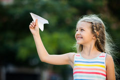 Παιχνίδι κοριτσιών με το αεροπλάνο εγγράφου Στοκ Εικόνες