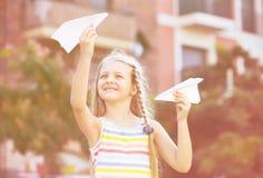 Παιχνίδι κοριτσιών με το αεροπλάνο εγγράφου Στοκ φωτογραφίες με δικαίωμα ελεύθερης χρήσης