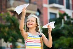 Παιχνίδι κοριτσιών με το αεροπλάνο εγγράφου Στοκ φωτογραφία με δικαίωμα ελεύθερης χρήσης