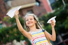 Παιχνίδι κοριτσιών με το αεροπλάνο εγγράφου Στοκ Φωτογραφία