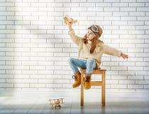 Παιχνίδι κοριτσιών με το αεροπλάνο παιχνιδιών Στοκ εικόνα με δικαίωμα ελεύθερης χρήσης