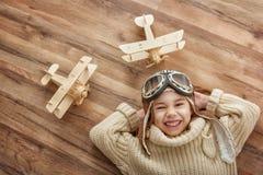 Παιχνίδι κοριτσιών με το αεροπλάνο παιχνιδιών Στοκ Εικόνες