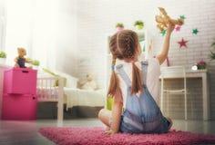 Παιχνίδι κοριτσιών με το αεροπλάνο παιχνιδιών Στοκ φωτογραφία με δικαίωμα ελεύθερης χρήσης