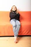 Παιχνίδι κοριτσιών με το πουλόβερ Στοκ εικόνες με δικαίωμα ελεύθερης χρήσης