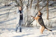 Παιχνίδι κοριτσιών με το σκυλί Στοκ εικόνες με δικαίωμα ελεύθερης χρήσης