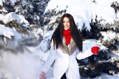 Παιχνίδι κοριτσιών με το χιόνι στο πάρκο Στοκ εικόνες με δικαίωμα ελεύθερης χρήσης